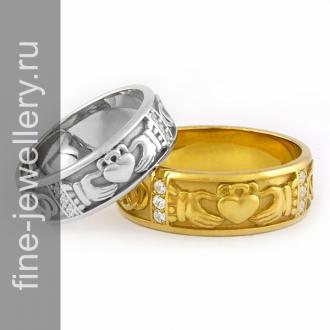 Кольцо сердце в руках из золота