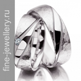 Стильные обручальные кольца с бриллиантом из белого золота