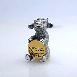 Серебряный сувенир бычок с монеткой — символ нового 2021 года
